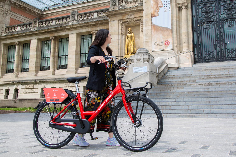 Un vélo en libre-service Donkey Republic devant le musée de Valenciennes