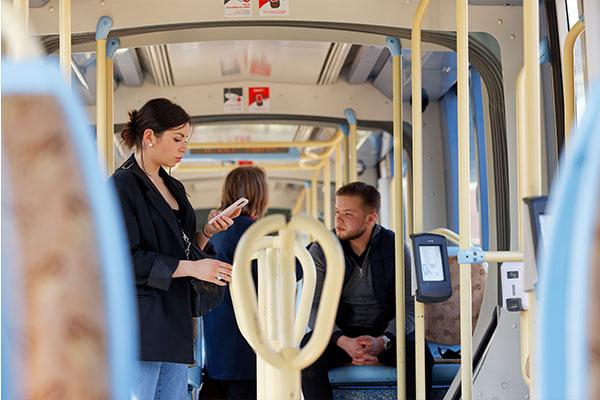 Clients à bord d'un tramway Transvilles