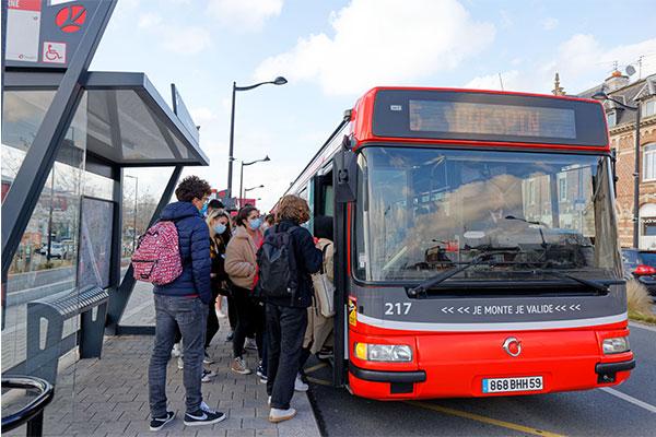 Clients à un arrêt de bus Transvilles