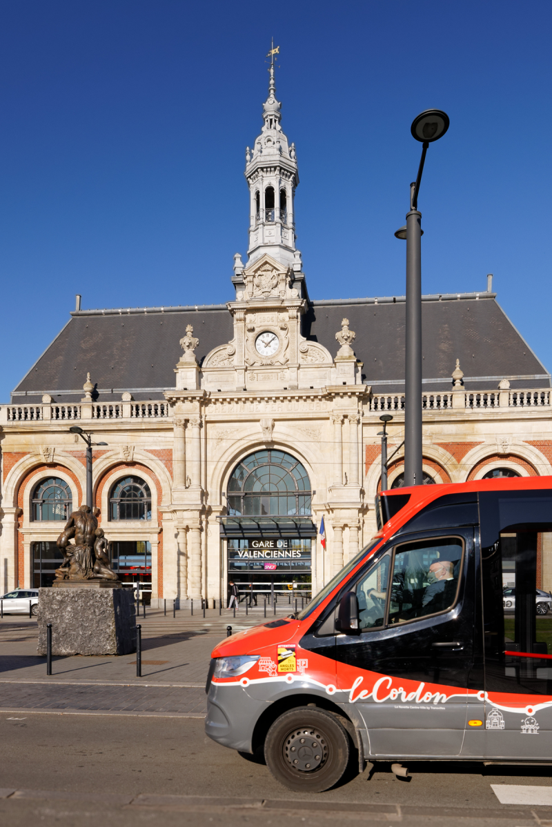 Navette Le Cordon devant la gare SNCF