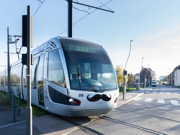 Le tramway de Valenciennes aux couleurs de Movember avec des moustaches